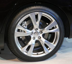 Rear_tire_and_wheel_of_NISSAN_FUGA_370GT_Type_S
